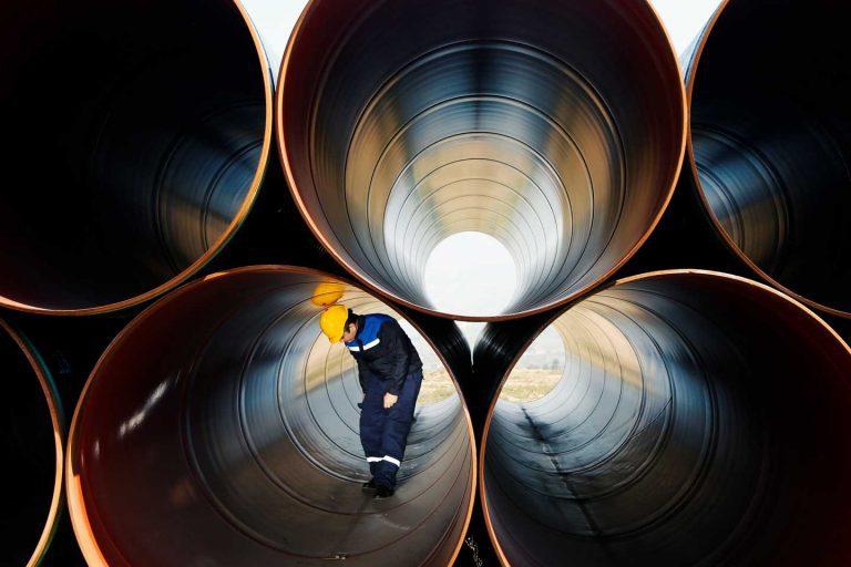 Mann untersucht große Pipeline