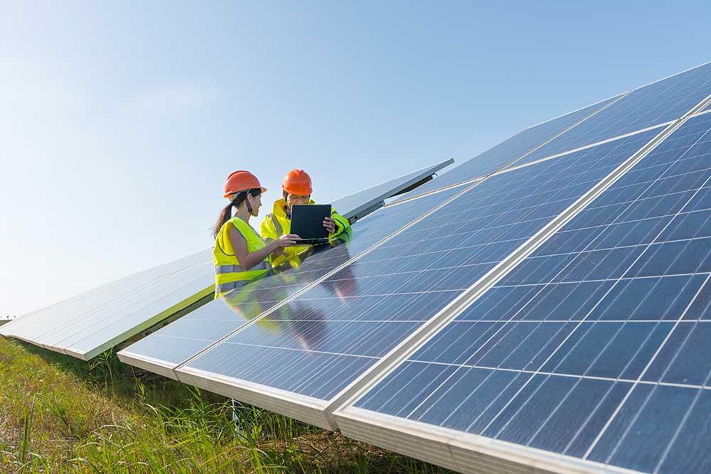 zwei Ingenieure bei Solaranlage