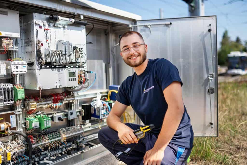 Elektriker der Stadtwerke Jena vor Schaltschrank
