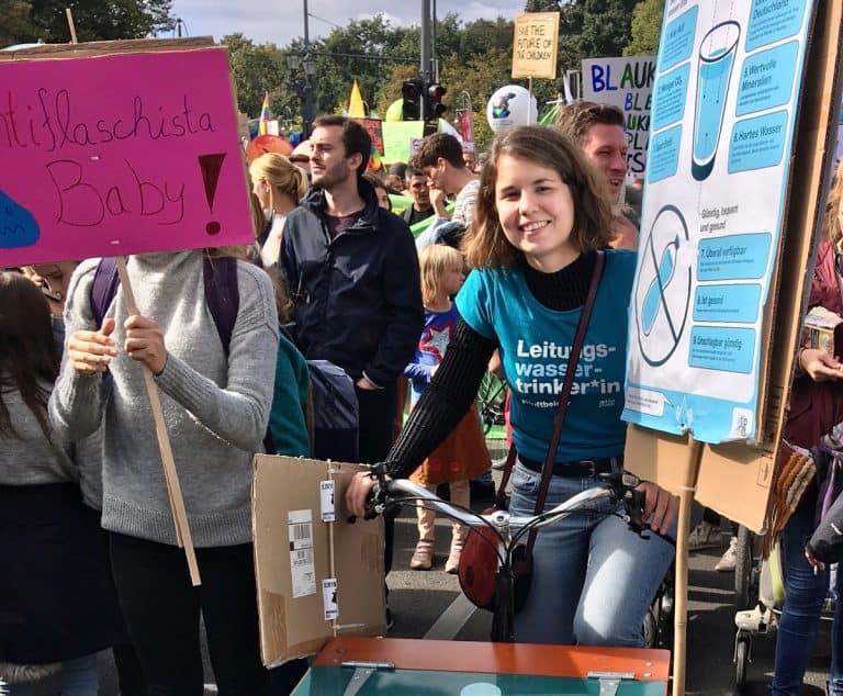 Trinkwasseraktivistin Lea bei Demo