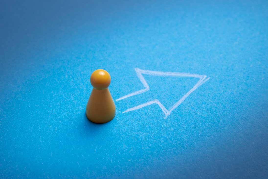gelbe Spielfigur auf blauem Grund