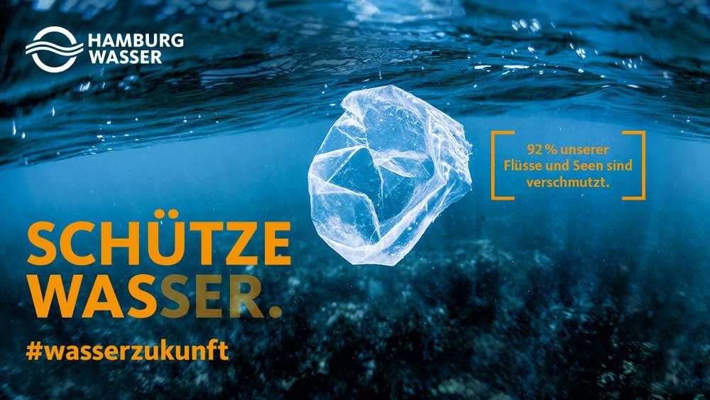 Plastiktüte schwimmt in Wasser