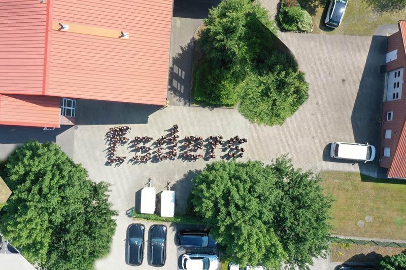 Esders-Team bildet Firmennamen nach