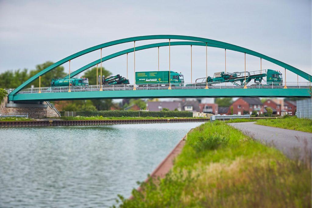 Beermann Fahrzeuge auf einer Brücke