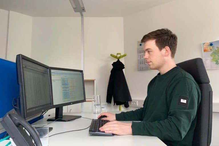 Dualer BWL-Student Hauke Rohde an seinem Arbeitsplatz im Büro.