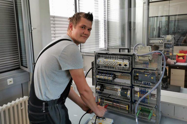 Lukas Vogler ist Azubis als Elektroniker für Betriebstechnik.