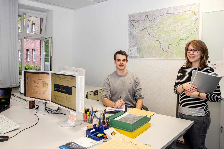 Luisa Kotecki und Christopher Winter vom Ruhrverband im Büro