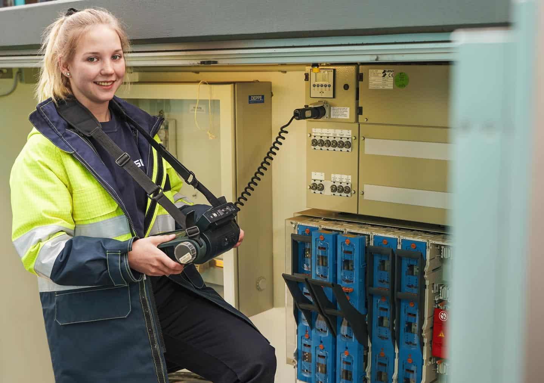 Chiara Noveen Baumann iats Auszubildende als Elektronikerin für Betriebstechnik.